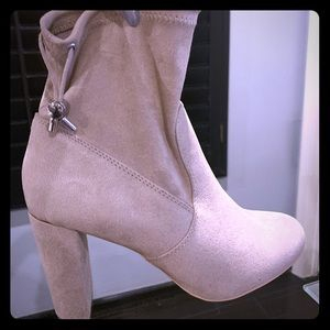 Express cream color ankle boots  size 7